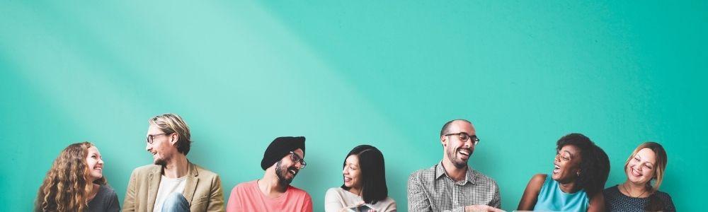 fundo verde, pessoas rindo de várias etnias, mulheres e homens, todos jovens.
