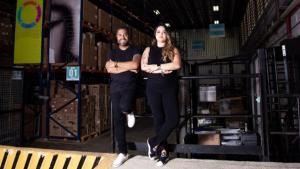 Edilene Loiola e Jefferson Duarte, founders da Soulog em uma foto de braços cruzados dentro da Soulog
